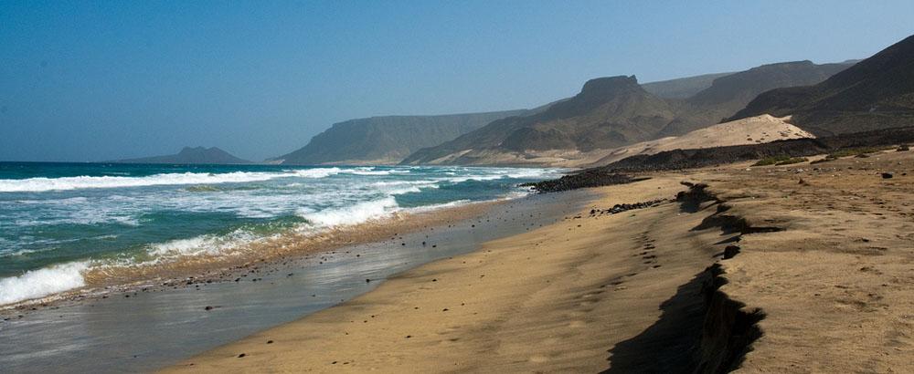 Pláž s vulkanickým pískem u vesničky Baía das Gatas na ostrově Sao Vicente